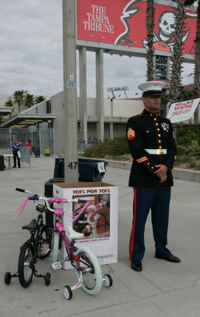 marines-host-toys-for-tots